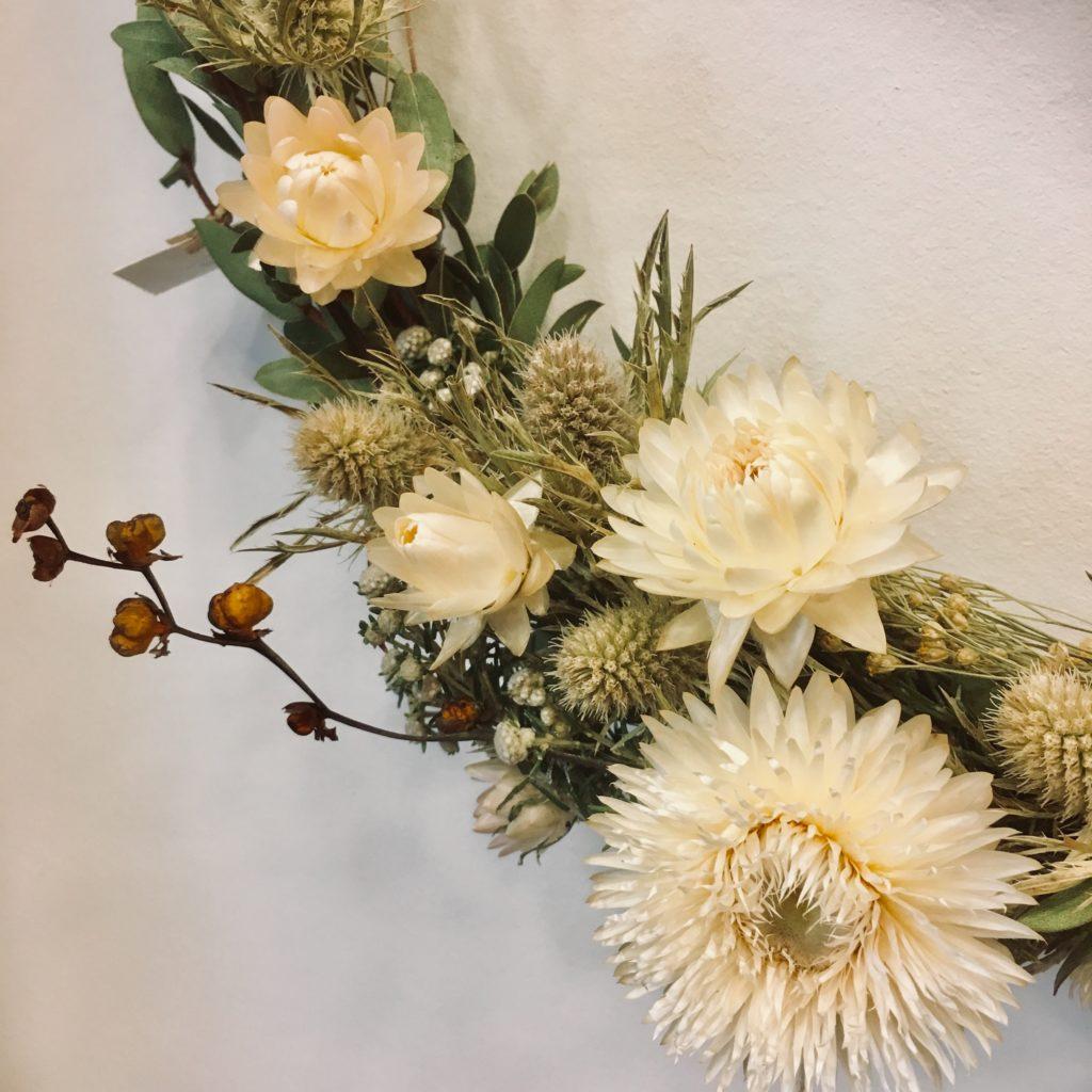 Couronne de fleurs séchées , décoration murale, ateliers , idées cadeaux , diy, un brin de folie , lyon1